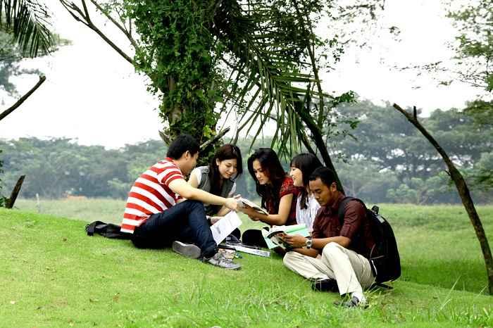 Kerja Sambil Kuliah Kelas Karyawan Universitas di Surabaya